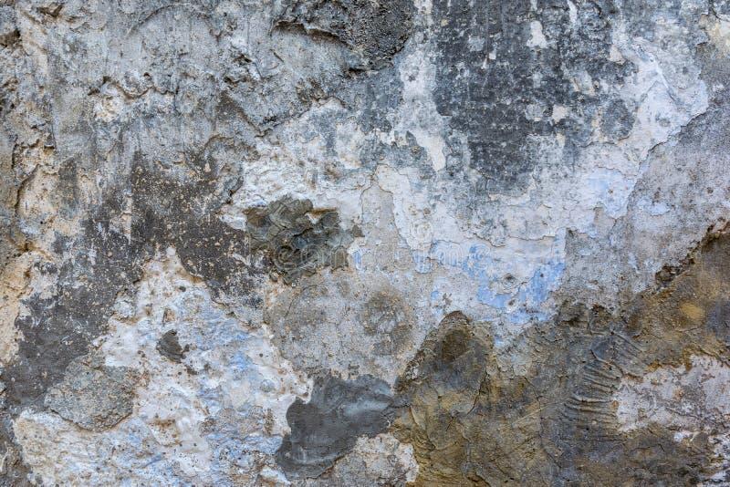 Старая заштукатуренная текстурированная стена с разнослоистым треснутым покрытием стоковые изображения rf