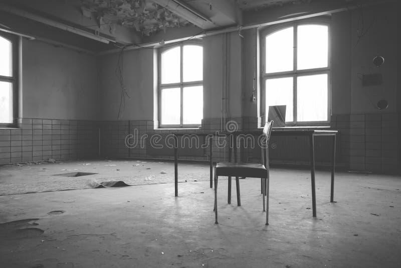 Старая зала фабрики с таблицей и стулом стоковая фотография