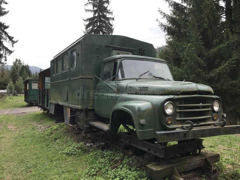 Старая зеленая тележка без колес стоковое фото