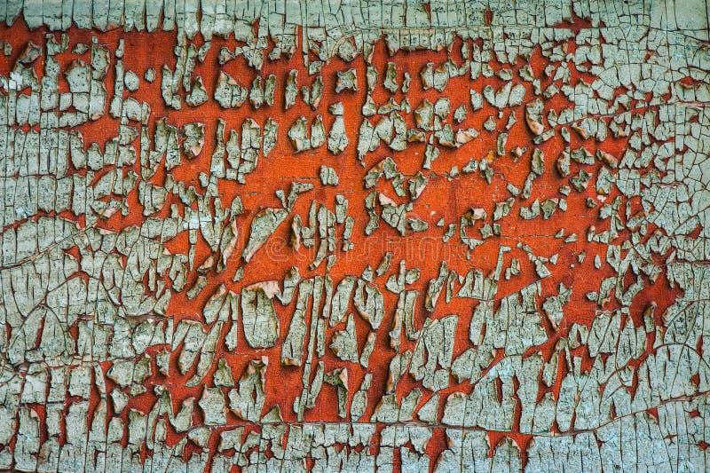 Старая зеленая треснутая краска на ржавой поверхности металла стоковое фото rf