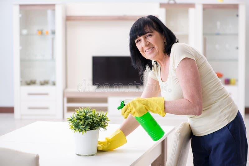 Старая зрелая женщина утомляла после работ по дому дома стоковое фото rf