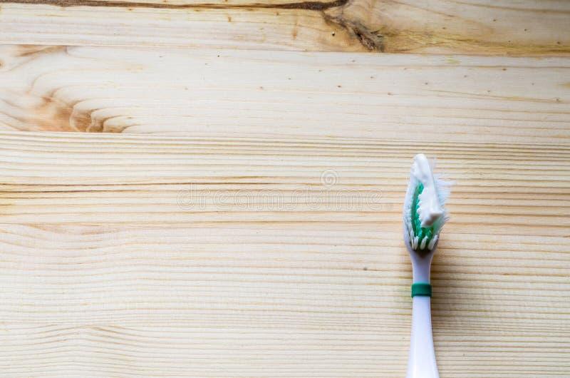 Старая зубная щетка на деревянной предпосылке Кинематографический тон стоковые фотографии rf