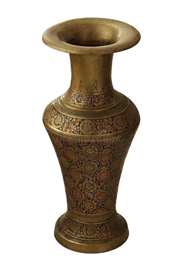 Старая индийская латунь или высекаенная бронзой ваза при изолированный цветочный узор на белой предпосылке стоковое фото rf