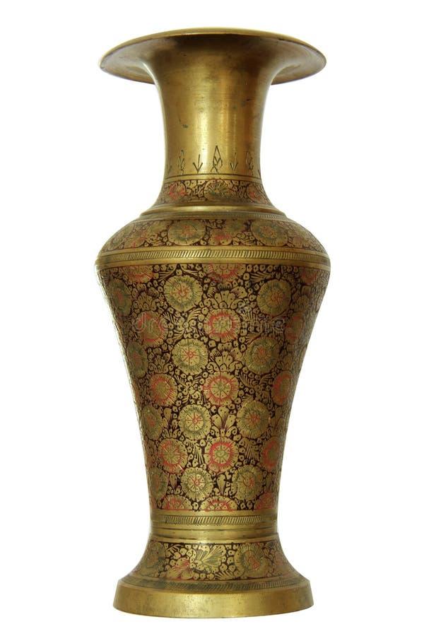 Старая индийская латунь или высекаенная бронзой ваза при изолированный цветочный узор на белой предпосылке стоковое изображение rf