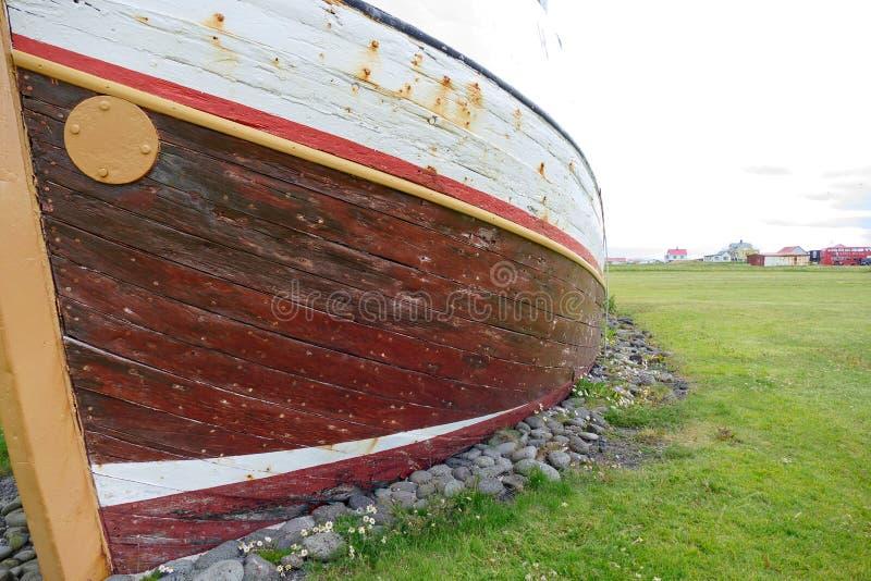 Старая историческая рыбацкая лодка в gardur Исландии стоковые фотографии rf