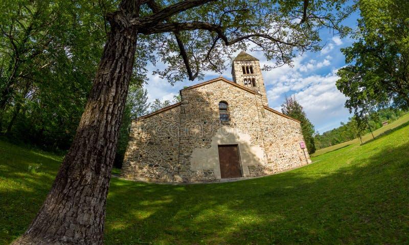 Старая итальянская сельская церковь Сан Secondo античный небольшой одиннадцатый век церков, пример архитектуры романск на севере стоковая фотография rf