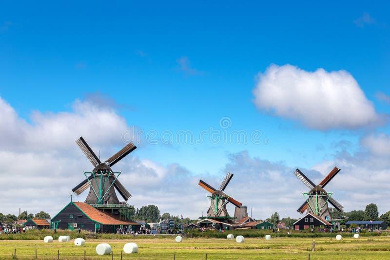Старая и классическая голландская ветрянка в Zaanse Schans где известный ориентир для перемещения в традиционном и природы с кана стоковые изображения