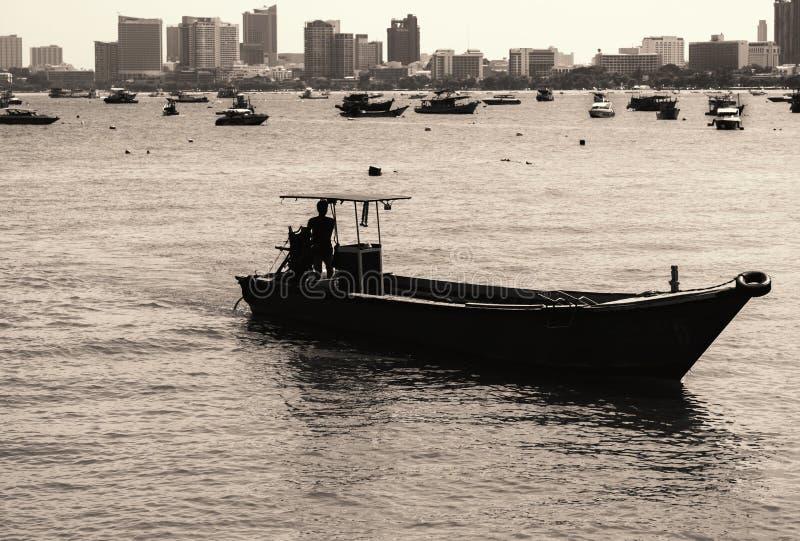 Старая и маленькая лодка перед побережьем Паттайя стоковая фотография rf