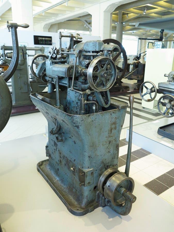 Старая и мощная промышленная машина механической обработки в мастерской стоковое изображение