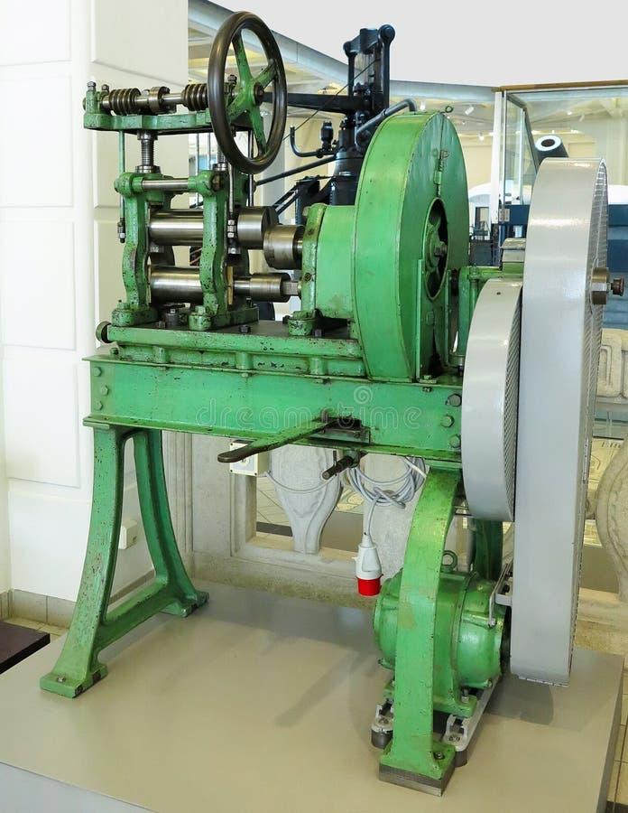Старая и мощная промышленная машина механической обработки в мастерской стоковая фотография rf