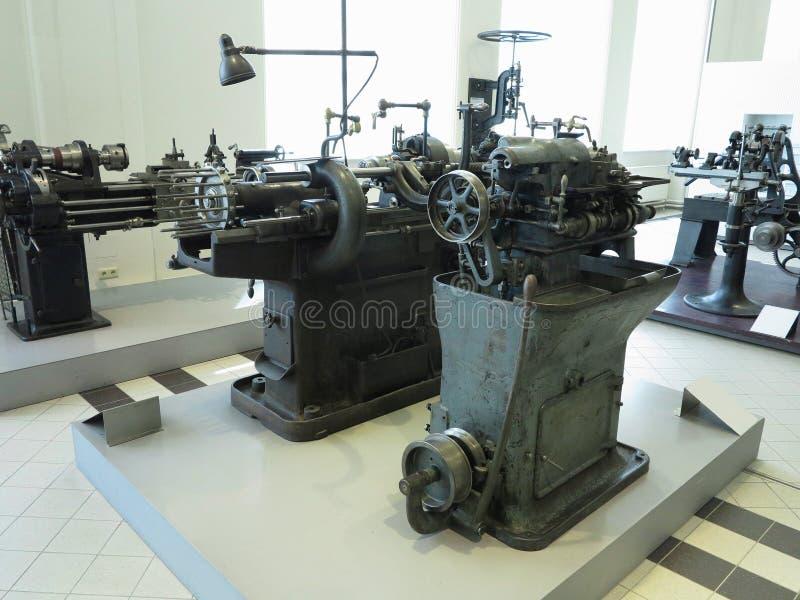 Старая и мощная промышленная машина механической обработки в мастерской стоковые изображения