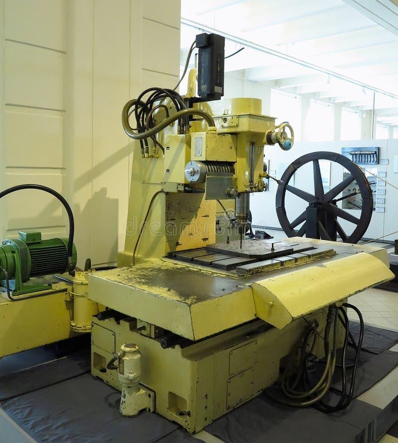 Старая и мощная промышленная машина механической обработки в мастерской стоковые изображения rf