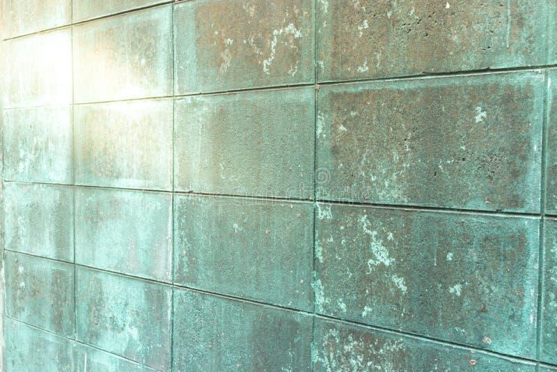 Старая и пакостная конкретная кирпичная стена с блестящим цветом стоковые фото