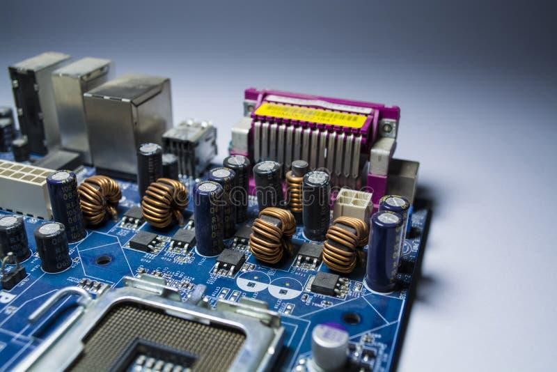 Старая и пылевоздушная материнская плата от компьютера Голубой цвет переключатели Детали от персонального компьютера ремонт пыль стоковое изображение
