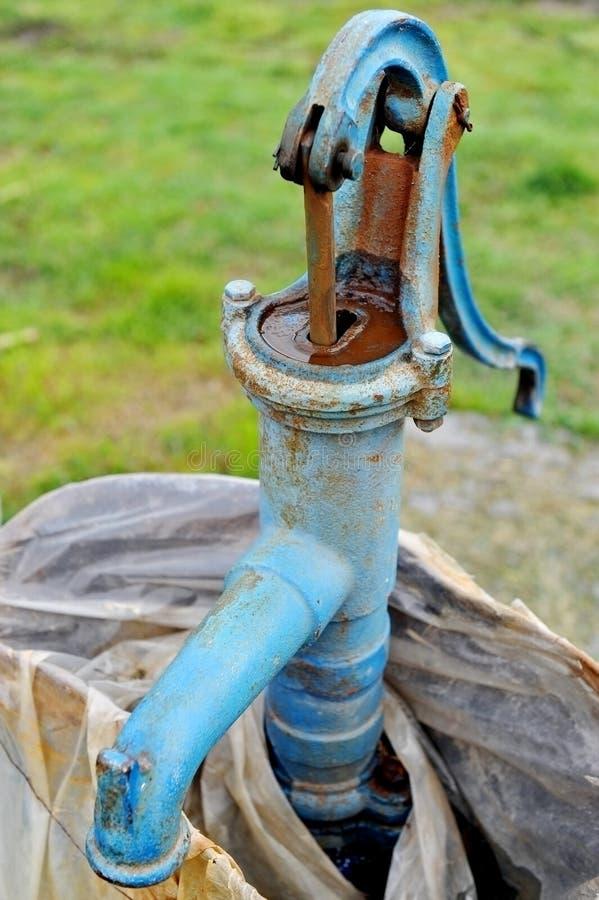 Старая и ржавая водяная помпа руки стоковые изображения