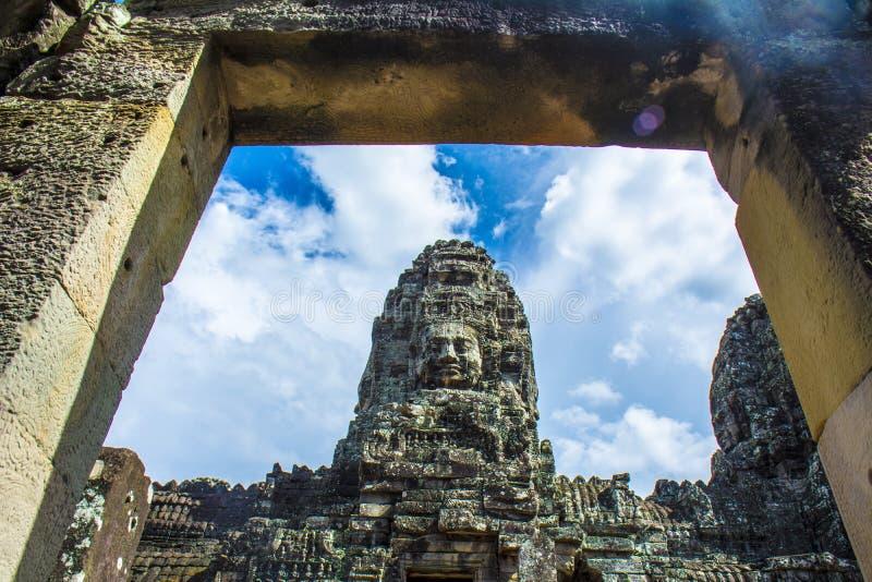 Старая каменная дверь и Будда смотрят на виска Bayon Angkor Wat Камбоджа стоковые фото