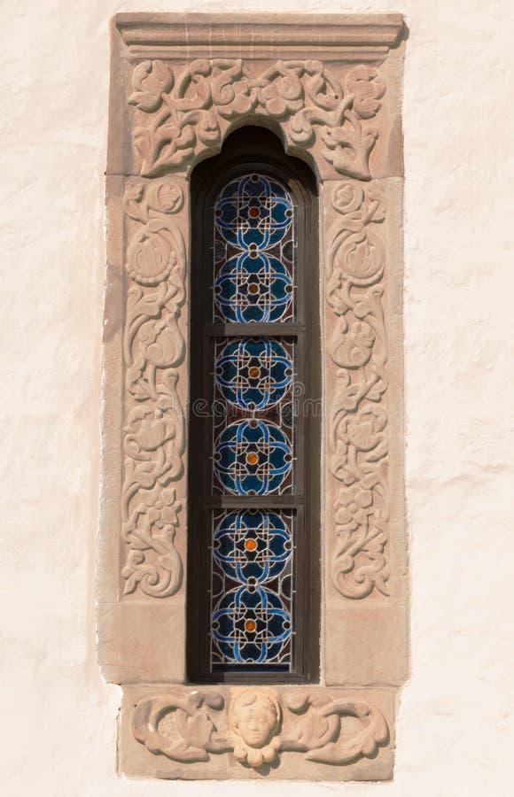 Старая, каменная высекаенная рамка окон с мотивом цветного стекла стоковая фотография rf