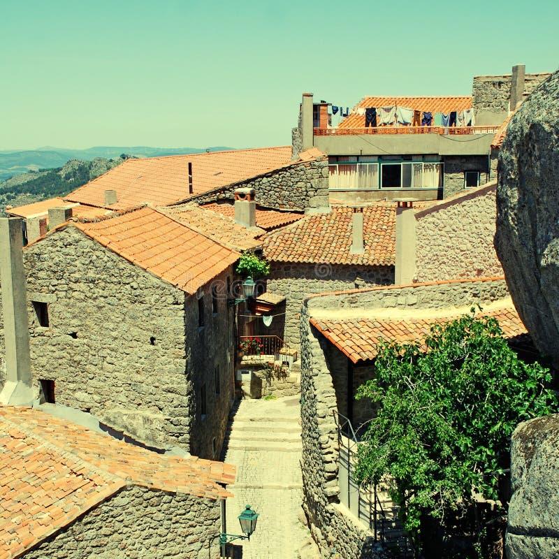 Старая каменная деревня с крышами красной плитки (Португалия) стоковые фотографии rf