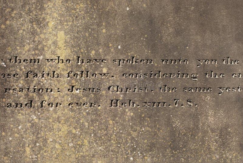 Старая каменная поверхность с выгравированными словами от Hebrews стоковая фотография rf