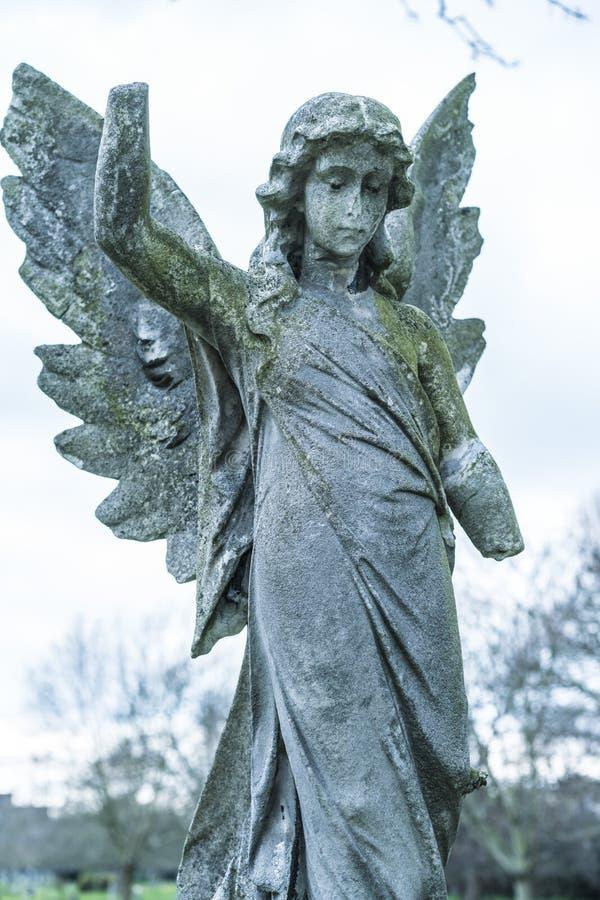 Старая каменная статуя ангела на кладбище стоковое изображение rf