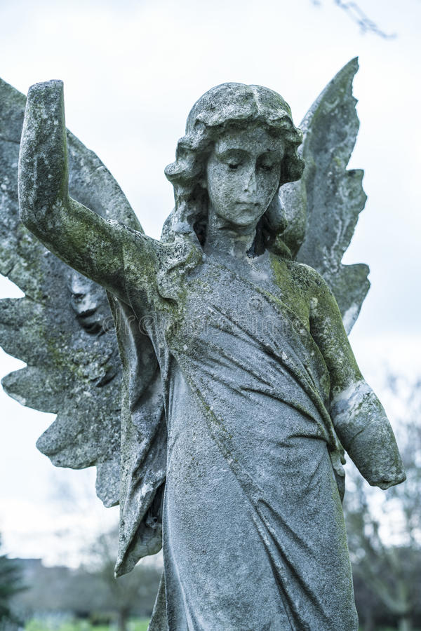 Старая каменная статуя ангела на кладбище стоковые фотографии rf