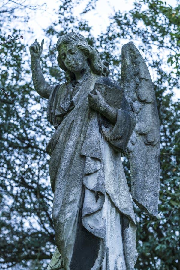 Старая каменная статуя ангела на кладбище стоковое изображение
