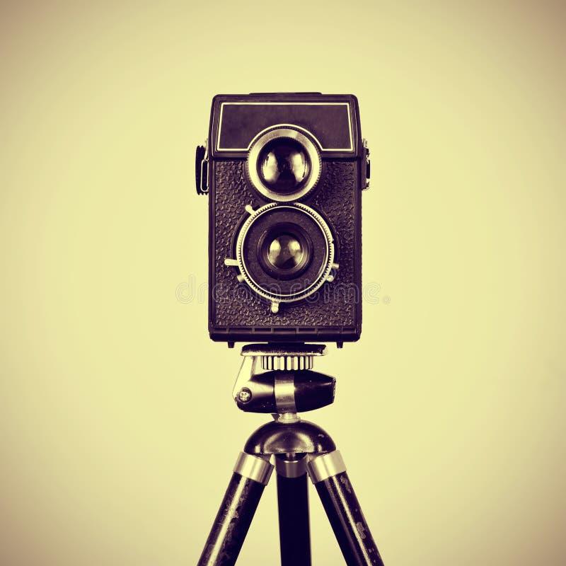 Старая камера в треноге стоковая фотография