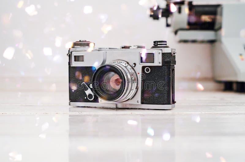 Старая камера фильма на белой предпосылке планки Машинка на предпосылке Винтажное фото стоковое изображение rf