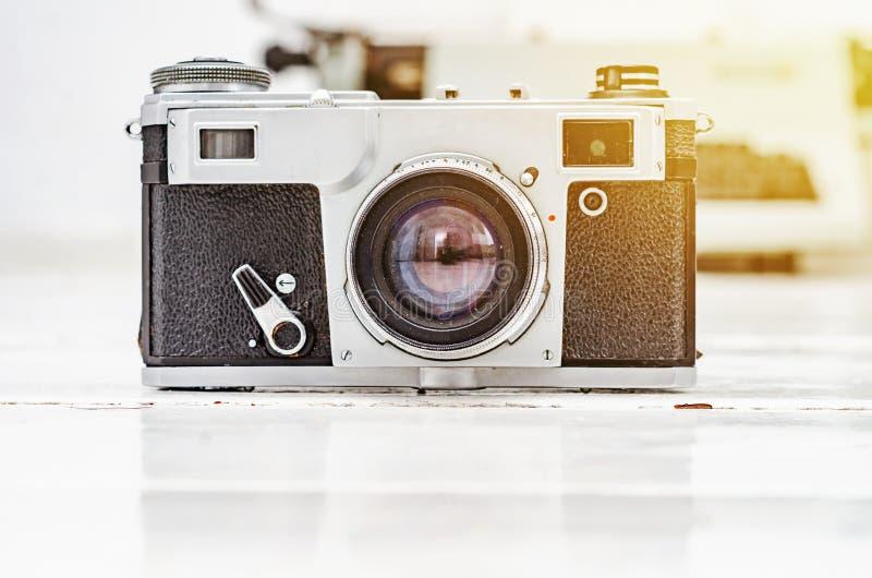 Старая камера фильма на белой предпосылке планки Машинка на предпосылке Винтажное фото стоковые изображения rf