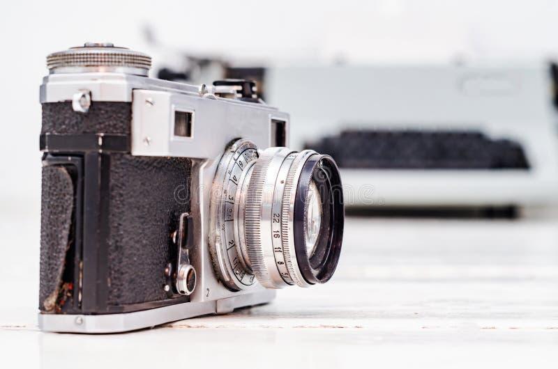 Старая камера фильма на белой предпосылке планки Машинка на предпосылке Винтажное фото стоковые фото