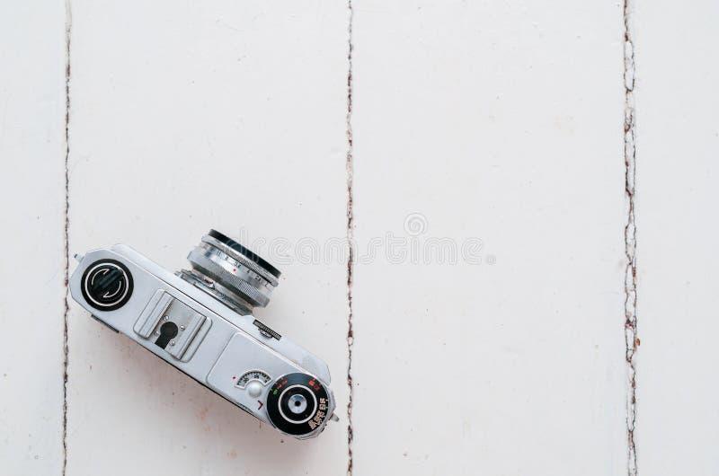 Старая камера фильма на белых досках Винтажное оборудование стоковая фотография rf