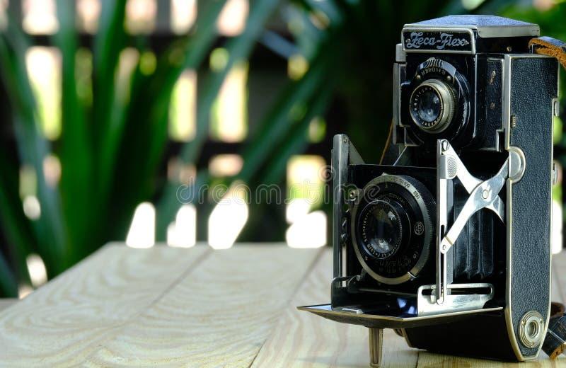 Старая камера Twin Lens Reflex Zeca-Flex на расплывчатой задней поверхности стоковые фото
