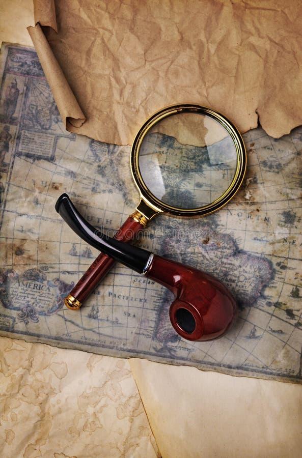 Старая карта, лупа и куря труба стоковое изображение rf