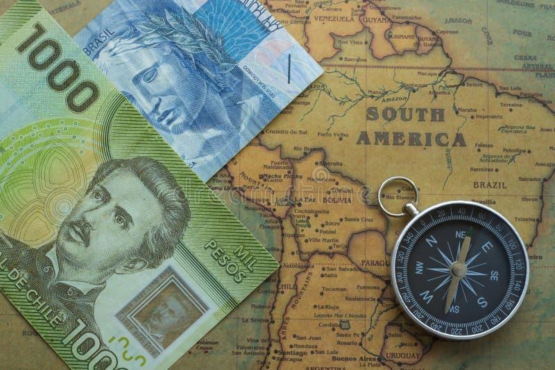 Старая карта Южной Америки с бразильянином, деньгами chilei и компасом, концом-вверх стоковые фотографии rf