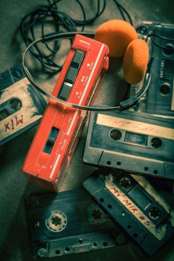 Старая кассета с плеером и наушниками стоковое фото rf