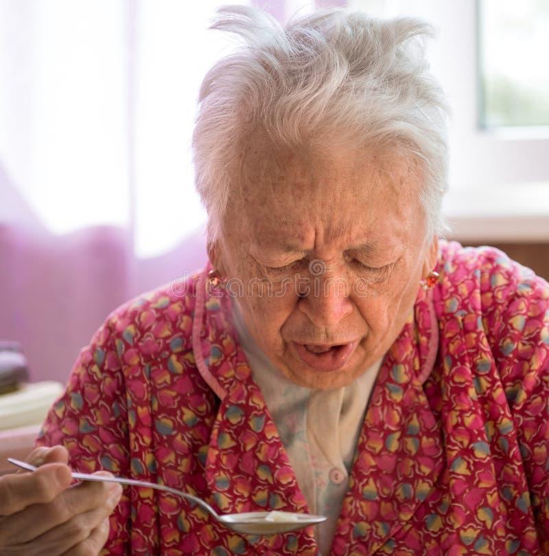 Старая кашляя женщина стоковые изображения rf