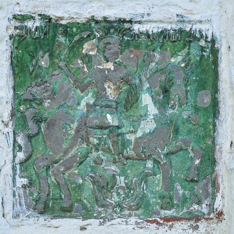 Старая керамическая плитка с изображением всадника лошади в стене монастыря Иосиф-Volotsky в России стоковые изображения