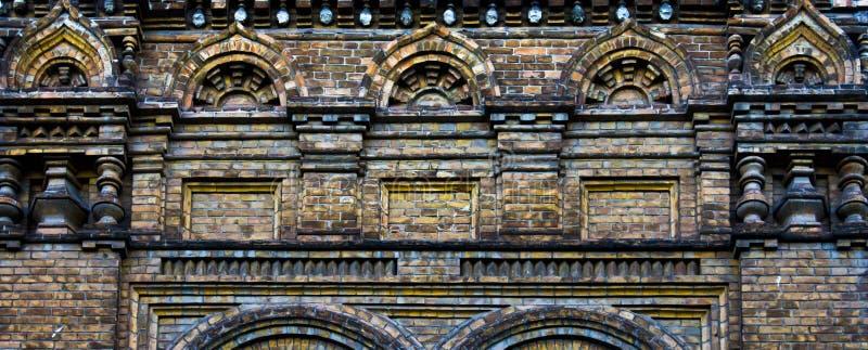 Старая кирпичная стена, богато украшенная каменная кладка, богатый цвет стоковые изображения
