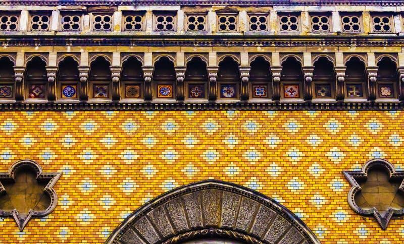 Старая кирпичная стена, богато украшенная каменная кладка, богатый цвет стоковая фотография rf