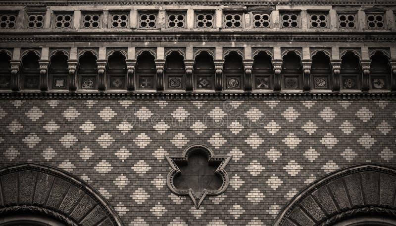 Старая кирпичная стена, богато украшенная каменная кладка стоковые фотографии rf