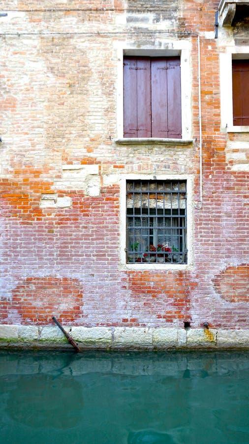 Старая кирпичная стена здания и канала стоковые изображения