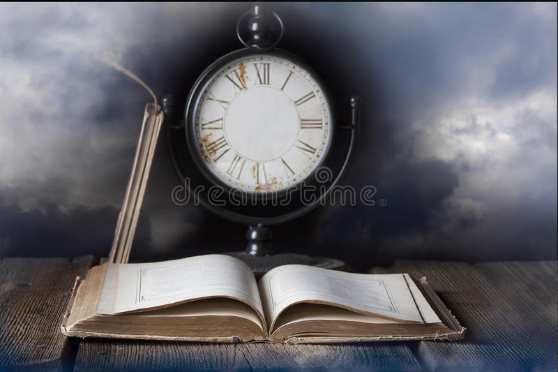 Старая книга и часы без рук стоковая фотография rf
