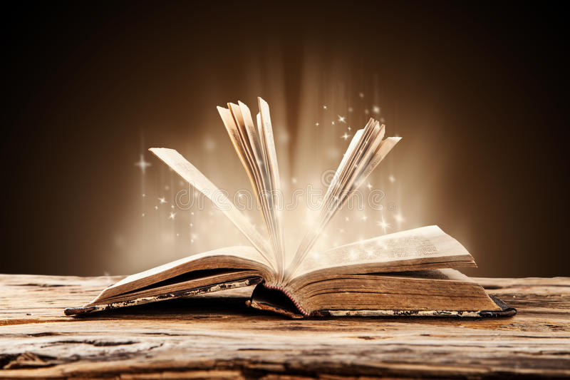 Старая книга на деревянной таблице стоковые фотографии rf