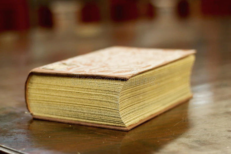 Старая книга над таблицей древесины стоковая фотография