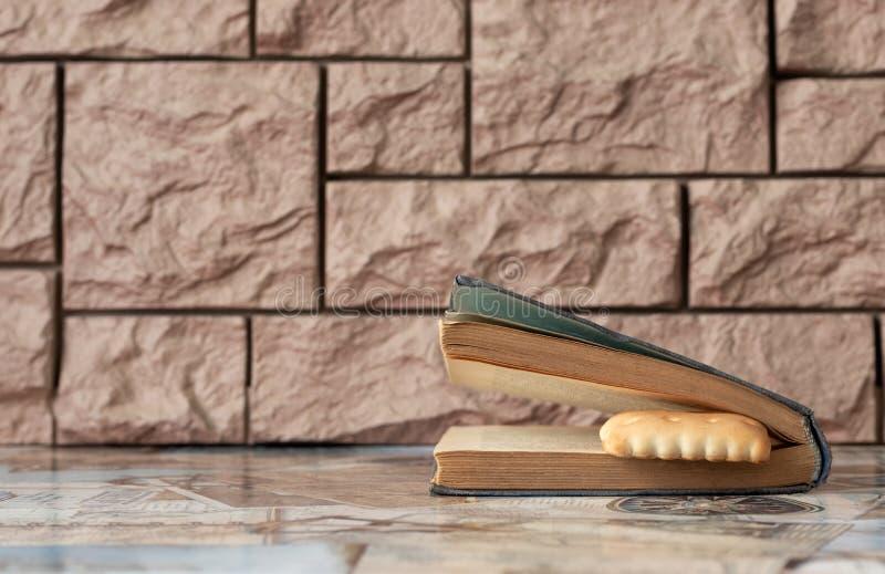 Старая книга от библиотеки со сладкой закладкой ждет владельца стоковые изображения rf