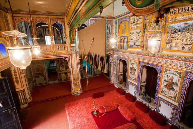 Старая комната особняка принадлежит к богатой индийской семье Раджастхана стоковые фотографии rf