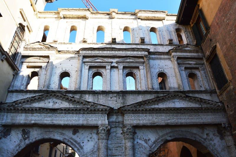 Старая конструкция в Вероне, Италии стоковое изображение