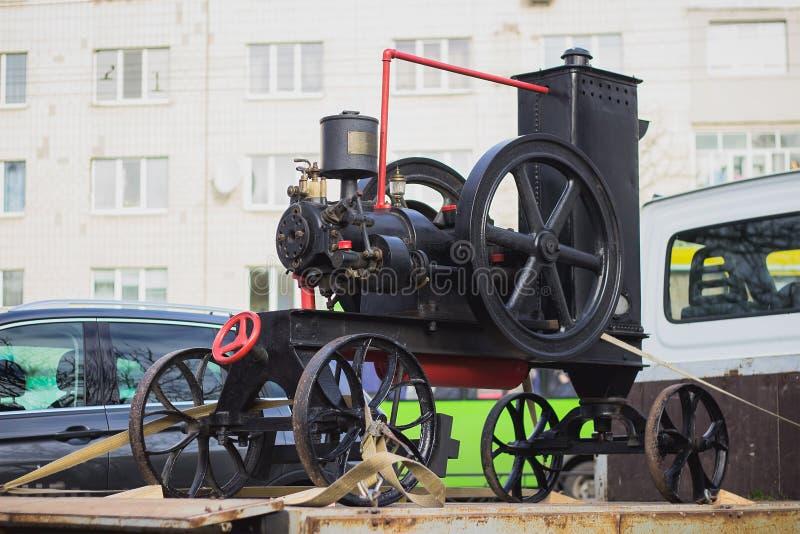 старая конструкция металла с колесами стоковое фото