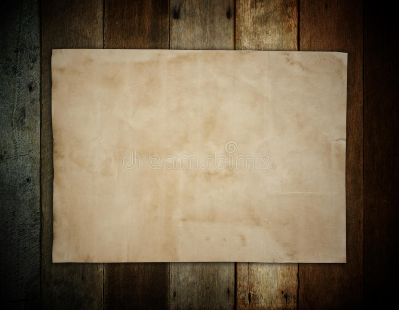 Старая коричневая бумага на деревянной предпосылке стены для текстуры стоковое фото