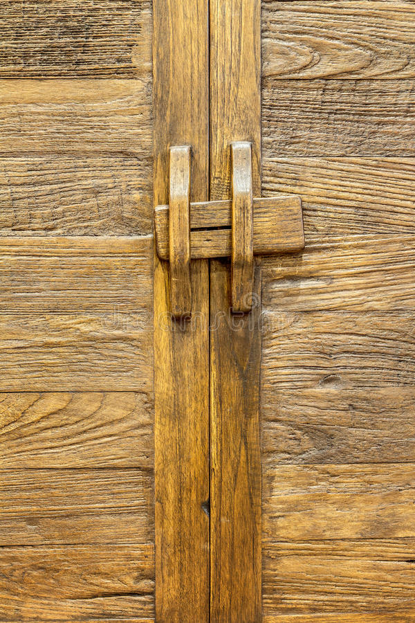 Старая коричневая деревянная дверь стоковые изображения